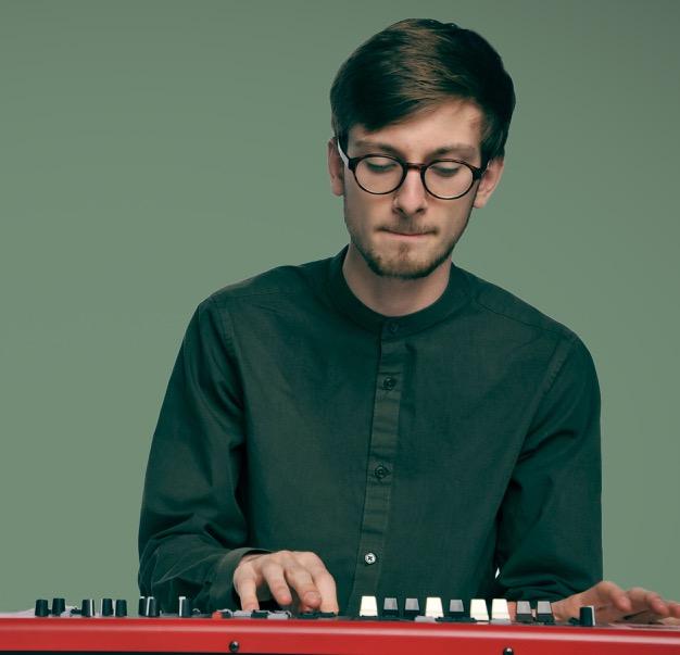 HOFNAR Visual Jetse met piano 2 - bijgesnedenresized